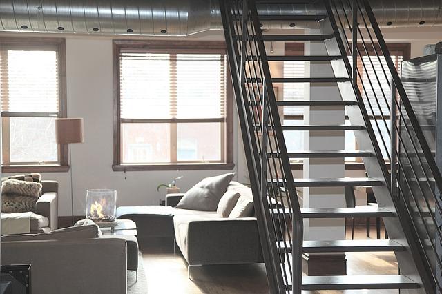 schodiště, okna, světlá pohovka