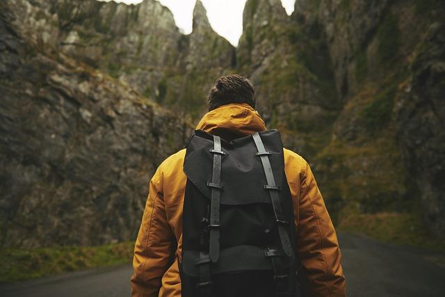 muž s batohem ve skalách