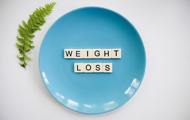 nápis hubnutí na modrém talíři