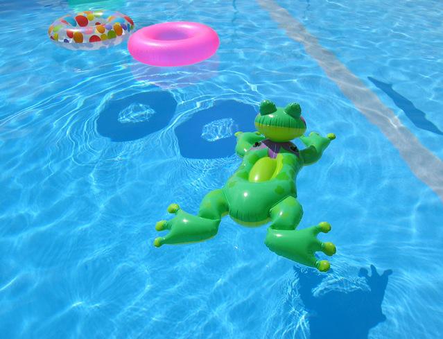 nafukovací hračky v bazénu