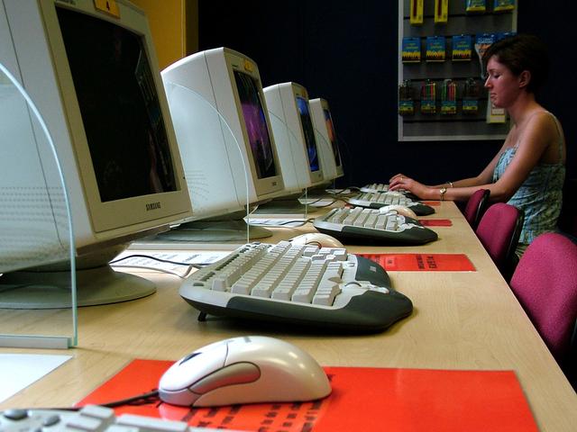 stará old-school internetová kavárna s jedním hostem u počítače