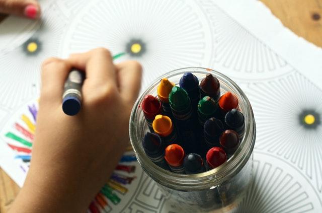 nádobka s barevnými voskovkami