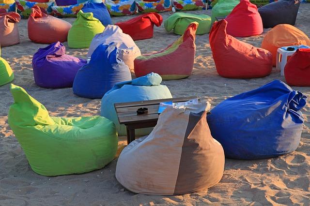 Sedací vaky rozestavěné kolem pískoviště